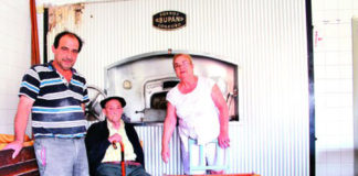 Antonio Ruiz Olalla junto a su padre y su esposa Rosa Janda, panaderos de Treviana. :: d.M.A.