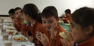 Niños comiendo pan. El pan ayuda a prevenir la obesidad infantil