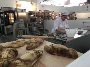 Selene elaborando sus panes en el II Campeonato Nacional de panadería artesana