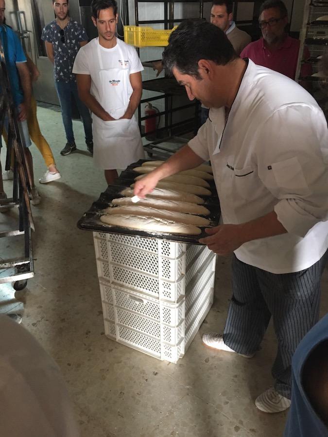 Enseñando corte de barras en Curso de Aplicación y técnicas de frío para panadería en Córdoba
