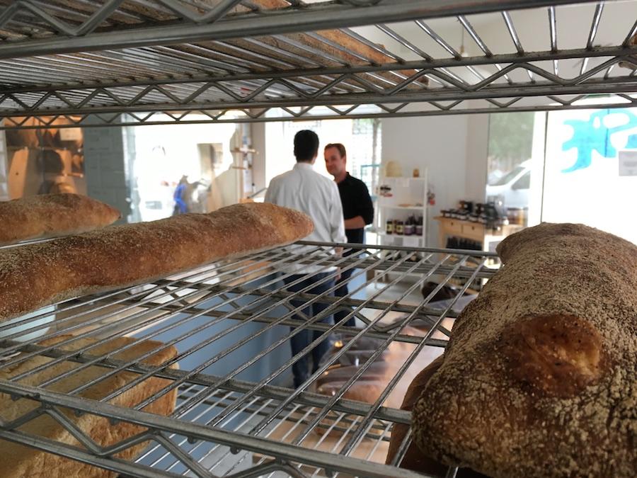 Panes y clientes en Panàdarío