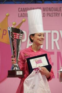Sonia Balacchi con su premio The Pastry Queen 2016.