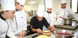 Estudiantes y profesor en curso de panadería y pastelería