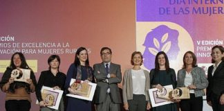 Foto de la entrega de premios de excelencia a la innovación para mujeres rurales