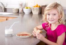 Merienda de niños con pan