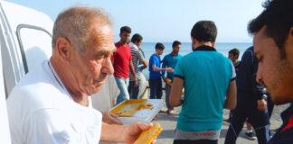 Dionisis, el panadero de Kos repartiendo pan entre los refugiados