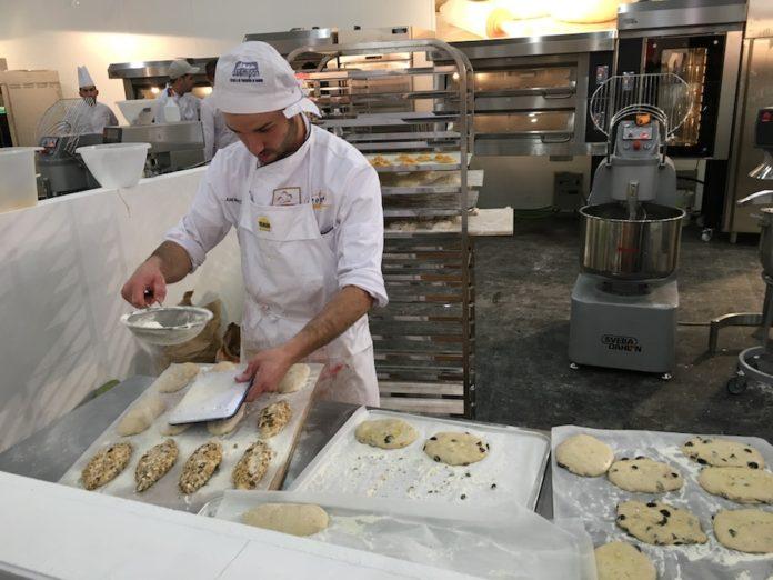Toñín elaborando sus panes en el II Campeonato Nacional de panadería artesana