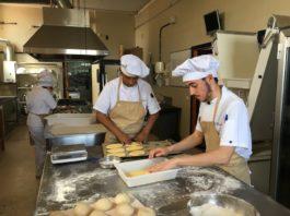 Alumnos del IES Atenea preparando molletes