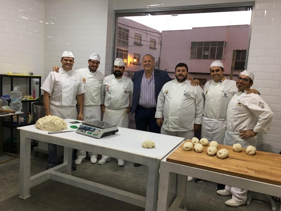 Inauguración de La Tahona del artesano en San Fernando - Panaderos y Concejal