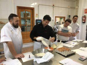 Curso de pastelería de Navidad en Motril - Joaquín explicando