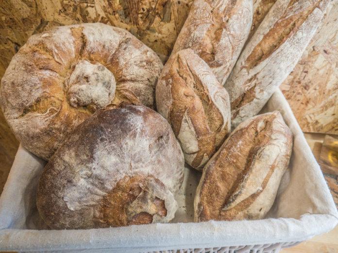 Los panes gallegos de Juan Luis Estévez llegan a La Esencia