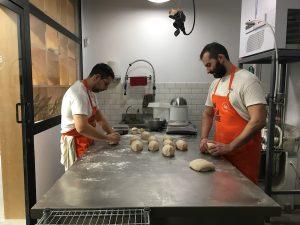 Conociendo a Baking bread: Isco y Antonio amasando